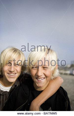 Brüder umarmen am Strand - Stockfoto