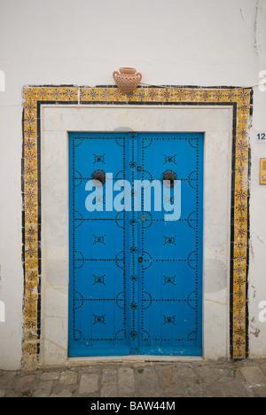 blaue Tür in dem Dorf Sidi Bou sagte Tunesiens dekoriert - Stockfoto