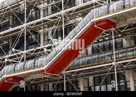 Die Fassade und äußere Rolltreppe des Centre Pompidou - Stockfoto