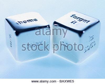 Silberne Würfel mit Sprüchen auf ihnen hautnah - Stockfoto
