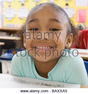 Mädchen lächelnd im Klassenzimmer - Stockfoto