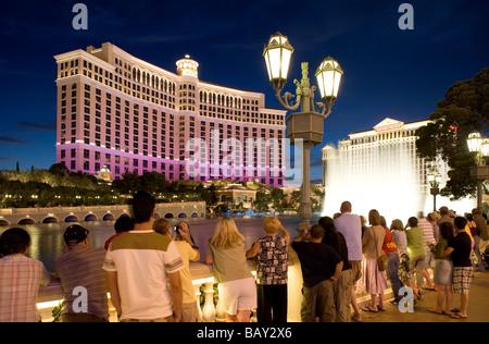 Touristen, die gerade der berühmten Bellagio Wassershow an der Lagune von Bellagio in Las Vegas Boulevard, Las Vegas, Nevada, USA