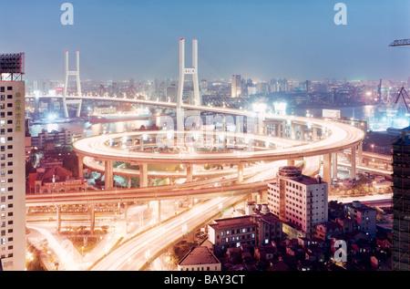 Spuren der unscharfen Licht auf die Nanpu-Brücke, Blick auf die Stadt, Shanghai, China - Stockfoto