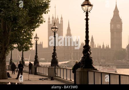 Blick von Queens Spaziergang zu den Houses of Parliament mit Big Ben, Uhrturm, Southwark, London, England, Europa Stockfoto
