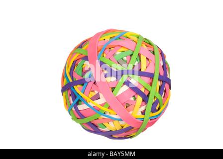 Eine Kugel aus Multi farbige Gummibänder isoliert auf weißem Hintergrund - Stockfoto