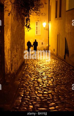 Paare, die in einer Gasse, Mala Strana, kleinen Viertel, Prag, Tschechische Republik - Stockfoto