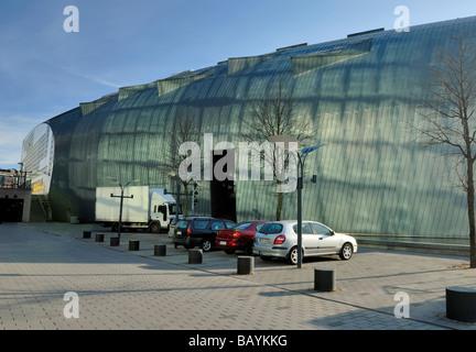 Die Fenster-Reflexionen der wichtigsten Gebäude der Helsingin Sanomat schaffen interessante Muster auf der Oberfläche - Stockfoto