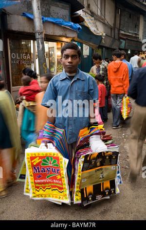 Junge verkaufen Plastiktüten, von die einige aus wieder verwendeten Verpackungen hergestellt werden. Shimla. Himachal - Stockfoto