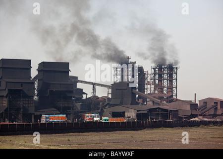 Kohlekraftwerk im Staat Uttar Pradesh in Indien - Stockfoto