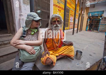 Südkoreanische Touristen und Sadhu hinduistischen heiligen Mann in Varanasi, Indien - Stockfoto