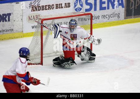 Tschechische Torhüter keine 1 Petr Mrázek machen eine speichern in einem U18 Eishockey Turnier. - Stockfoto