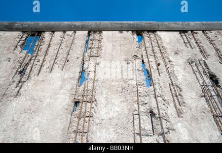 Noch intakte Abschnitt der Berliner Mauer an der Bernauer Straße in Berlin. - Stockfoto