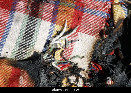 Nahaufnahme Detail der Hälfte brannte Tartan Typ Wolldecke im freien - Stockfoto