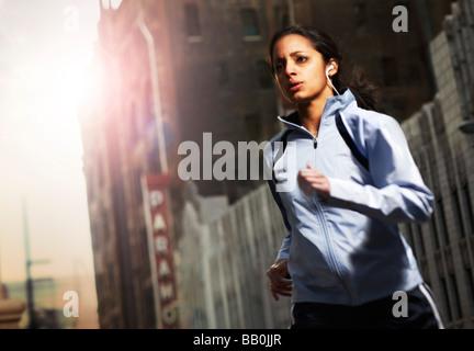 Ein junger ethnischen Jogger läuft durch die Straßen der Innenstadt von Stadtraum. - Stockfoto