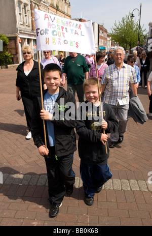 Demonstranten marschieren durch Gosport Hautpstraße gegen Schließung von ihrer örtlichen Krankenhaus nach 256 Jahren, - Stockfoto