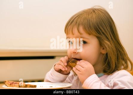 Drei Jahre altes Mädchen mit Erdnussbutter und Marmelade toast - Stockfoto