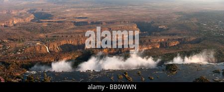 Panoramablick auf die Antenne fotografischen Blick vom Hubschrauber über dem berühmten Victoria Wasserfälle Wasserfälle - Stockfoto