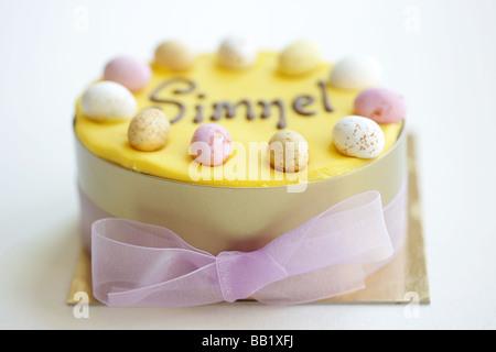Hausgemachte Frisch Gebackene Ostern Simnel Celebration Cake, Closeup, Isoliert Auf Weiß Ohne Menschen - Stockfoto