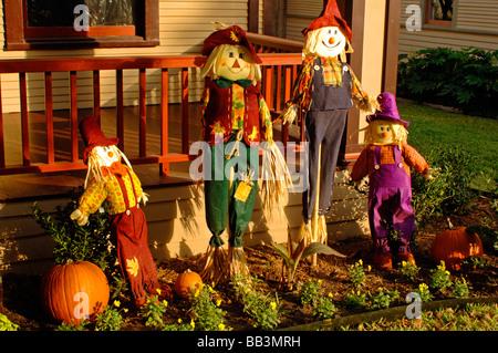 Zahlreiche Dekorationen für Halloween, gehören Schädel Jack o Laternen Vogelscheuchen Laub eine Hexe in schöner - Stockfoto