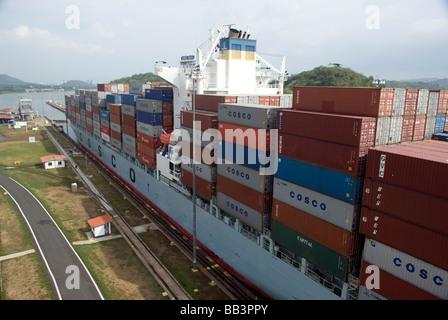 Ein Panamax-Schiff hat etwa 2 Fuß manövrieren Zimmer wenn es Miraflores-Schleuse auf den Panama-Kanal durchläuft - Stockfoto