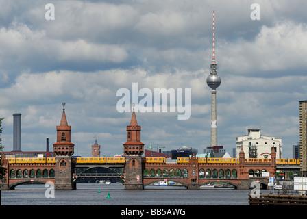 Berlin Deutschland der Oberbaumbrücke (Oberbaumbrücke) überspannt die Spree zwischen Friedrichshain und Kreuzberg - Stockfoto
