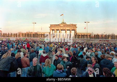 Menschenmassen vor der Berliner Mauer und Brandenburger Tor im Jahr 1989, Berlin, Deutschland - Stockfoto