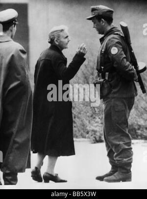 Geographie/Reisen, Deutschland, Berlin, Wand, West Berlin Frau im Gespräch mit einem Ostdeutschen Polizisten, checkpoint - Stockfoto