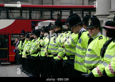 Polizei Line-up in Vorbereitung auf die Anti-G20 Gipfel Demonstrationen vor der Royal Exchange in der City of London - Stockfoto
