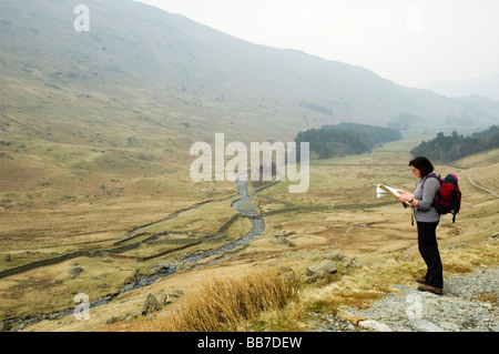 Weibliche Walker consulting Karte in Grisedale, Nationalpark Lake District, England. - Stockfoto