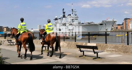 Königliche Marine Kriegsschiff HMS Illustrious leichte Flugzeugträger am Rande des Flusses Themse Greenwich London - Stockfoto