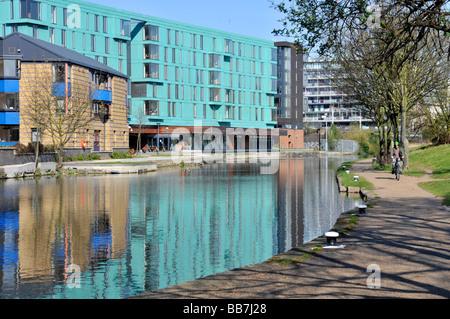 Die Regents canal Mile End Treidelpfade mit Queen Mary University of London Gebäude neben - Stockfoto