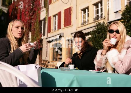 drei Frauen in einem Straßencafé - Stockfoto