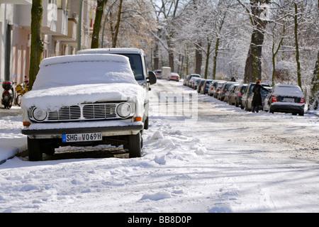 Verschneite Volvo 140 in der Kiehlufer in Berlin, Deutschland - Stockfoto