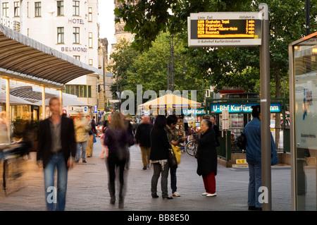 Fußgänger am Kurfürstendamm Allee, Berlin, Deutschland, Europa - Stockfoto