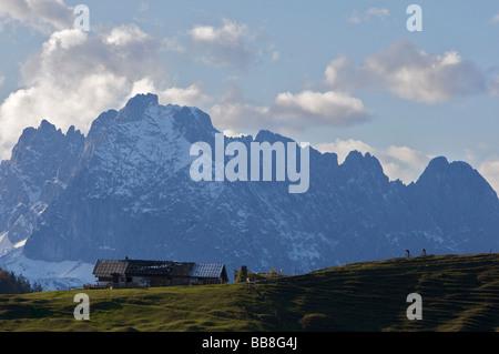 Mountainbiker, bruggwirtsalm Mountain Lodge in der Nähe von Kirchdorf, auf der Rückseite den Wilden Kaiser, Tirol, - Stockfoto