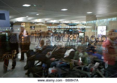 Passagiere am Flughafen warten terminal Reflexion in einem Fenster - Stockfoto