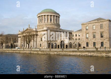 Das Four Courts entlang Fluss Liffey Kai, Dublin, Irland - Stockfoto