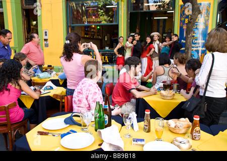 Touristen genießen Tangotänzer in Buenos Aires, Argentinien. - Stockfoto