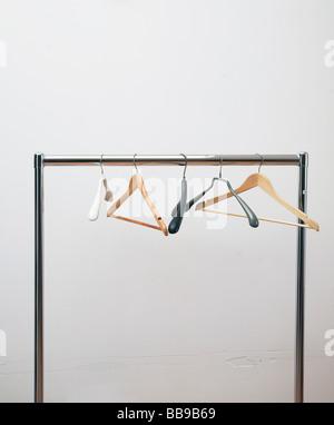 Kleiderbügel auf einer Schiene - Stockfoto