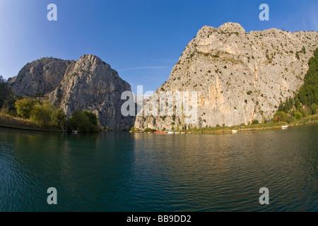 Schlucht im Fluss Cetina in Sommersonnenschein Omis dalmatinischen Küste Kroatien Dalmatien - Stockfoto
