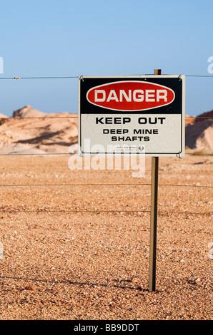 Ein Warnschild Warnung vor mir tief in die Coober Pedy Opalfelder Wellen.  Coober Pedy, Südaustralien, Australien - Stockfoto