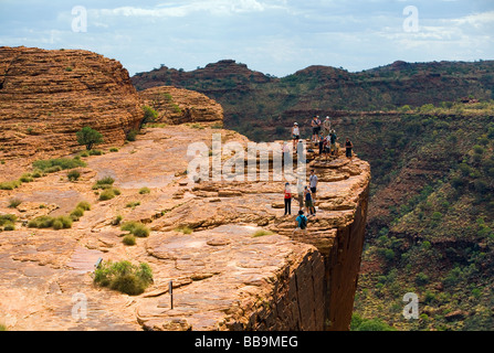 Wanderer am Rande Canyon im Watarrka (Kings Canyon)-Nationalpark, Northern Territory, Australien - Stockfoto