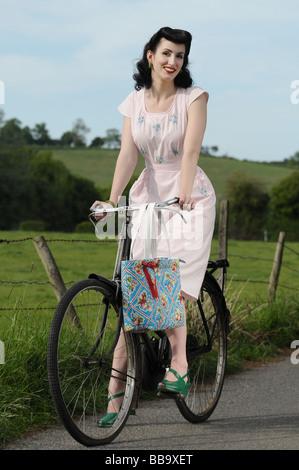 Frau auf einem Fahrrad - Stockfoto