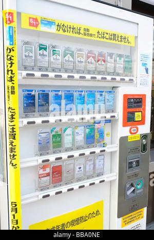 Zigarettenautomat auf einer Straße in Ibaraki-Shi, einem Vorort von Osaka. Solche Automaten stehen in Japan verbreitet. - Stockfoto