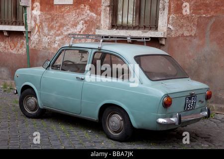 Wand des Hauses mit einem Fiat 850 vorne, Trastevere, Rom, Italien - Stockfoto