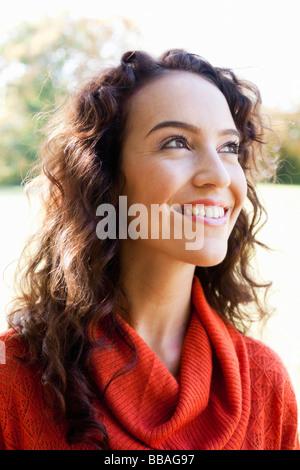junge Frau schaut in den Himmel - Stockfoto