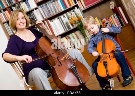 Schwangere und junge spielt Cello - Stockfoto
