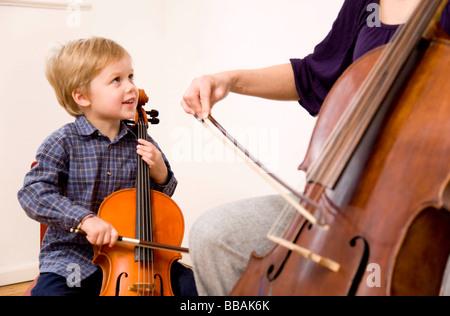 Frau und junge spielt Cello - Stockfoto
