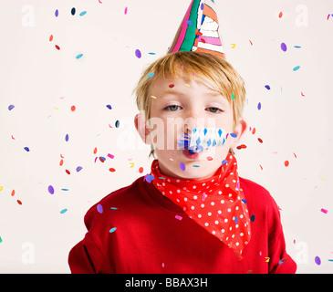 Party Boy bläst Partei Gebläse - Stockfoto