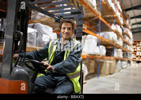Arbeiter an Gabelstapler, Lächeln und Kamera - Stockfoto